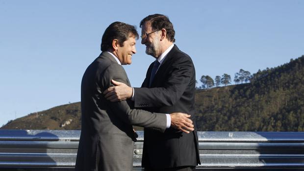 Mariano Rajoy y Javier Fernández, en 2014 en la inauguración de un tramo de la A-8 en Asturias