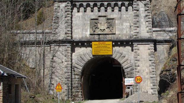 Boca del túnel de Canfranc en el lado español. Lleva en desuso desde 1970