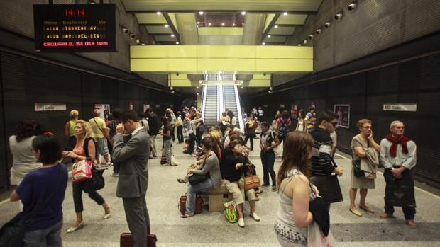 Usuarios de Metrovalencia en la estación de Colón