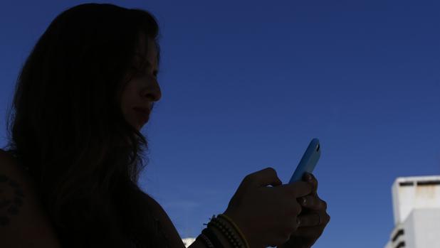 Imagen de archivo de una mujer utilizando su teléfono móvil
