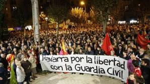 Cientos de personas se concentran en Pamplona en apoyo a la Guardia Civil