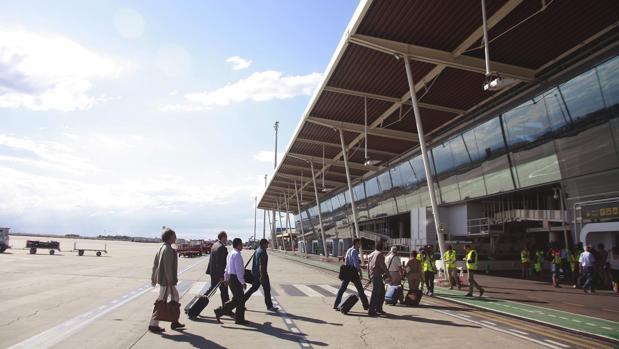 Pasajeros llegando a la terminal del aeropuerto zaragozano