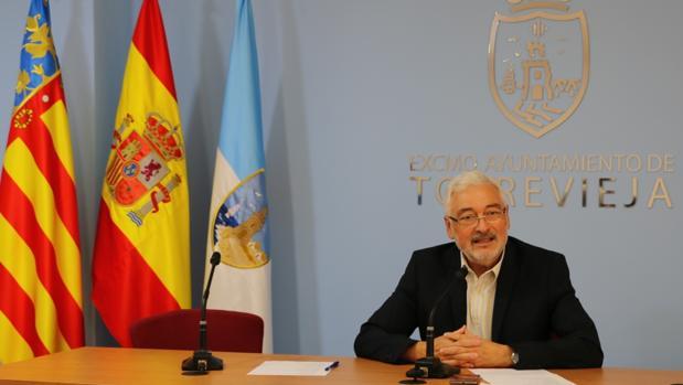 El alcalde de Torrevieja, José Manuel Dolón, este martes presentando sus cambios en el gobierno local