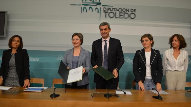 Araceli Martínez y Álvaro Gutiérrez, en el centro, tras la firma del convenio