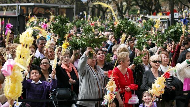El Domingo de Ramos, en los exteriores de una iglesia de Barcelona