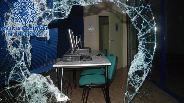 Estado en que ha quedado el escaparate tras el intento de robo