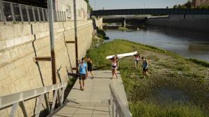 Cultura quiere mantener la escuela de remo en el Manzanares en contra del criterio de Medio Ambiente