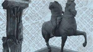 Lanzan huevos a la estatua ecuestre de Franco expuesta en una exposición en Barcelona