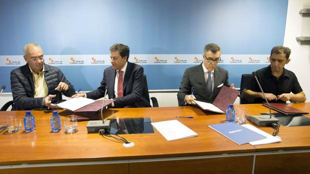 El consejero de Empleo, Carlos Fernández Carriedo, y los representantes de los agentes económicos y sociales firman el acuerdo para la puesta en marcha por el SERLA de la resolución extrajudicial de conflictos individuales