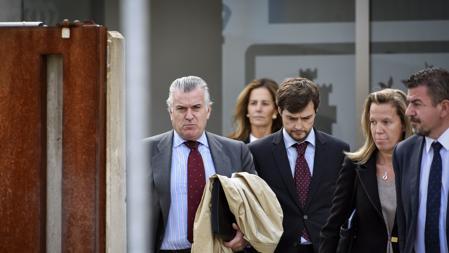 Bárcenas con sus abogados
