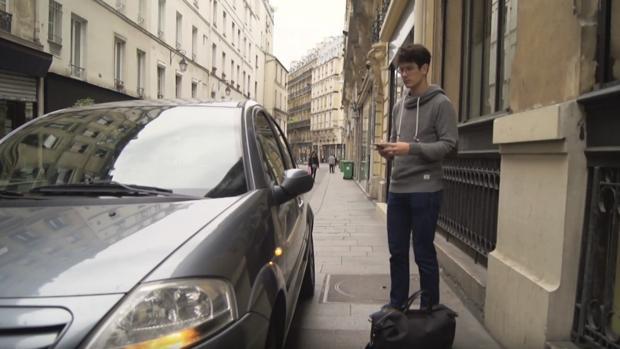 Un usuario abre su coche desde el teléfono móvil