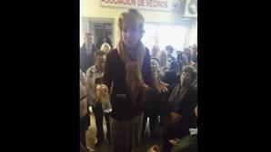 Aguirre se sube a unas cajas para reclamar que el Ayuntamiento haga un inventario de las colonias