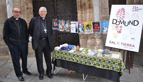 El arzobispo de Toledo posa junto a una mesa informativa