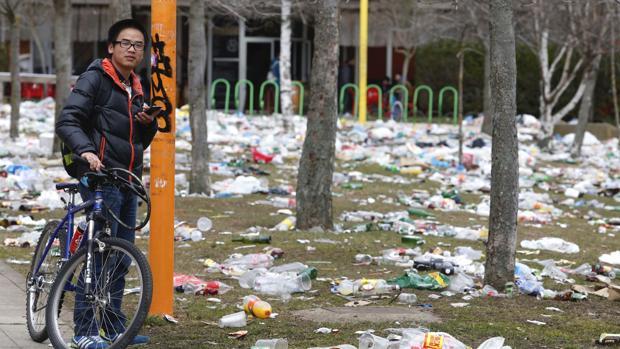 El campus de la ULE amaneció con toneladas de basura tras la última fiesta de la Facultad de Industriales