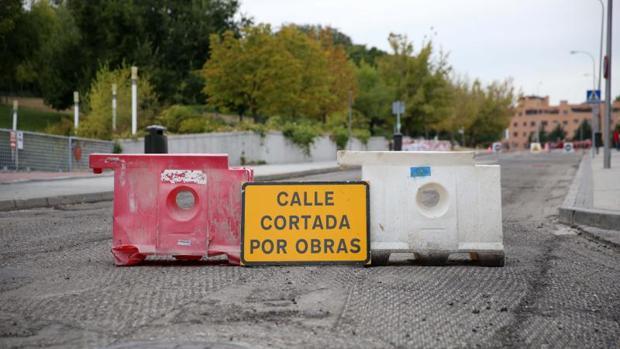 La calle Meneses, ayer, cortada al tráfico por la realización de los trabajos de fresados previos a la pavimentación