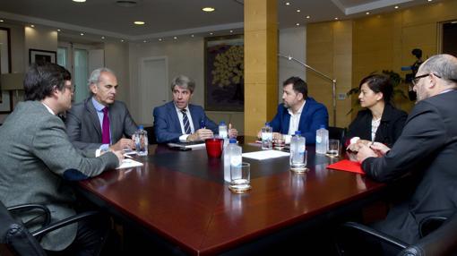 Ángel Garrido (centr0) y Pedro del Cura (a su dcha.), en la reunión sobre Cañada Real