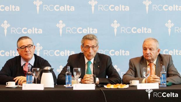 En el centro, el presidente del Celta de Vigo, Carlos Mouriño
