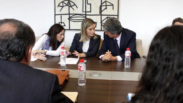 La alcaldesa de Toledo, Milagros Tolón, entre el portavoz municipal, José Pablo Sabrido, y la concejala Noelia de la Cruz
