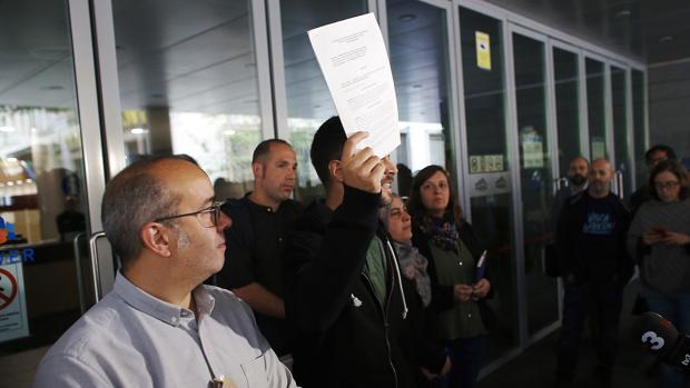 A la izq. Oriol Lladó (ERC) , junto al concejal José Téllez (CUP) antes de romper la interlocutoria judicial