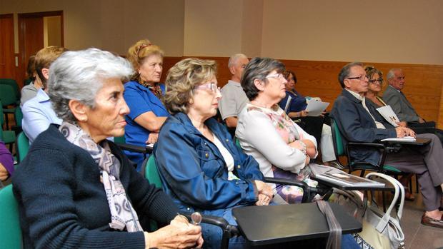 Asistentes a la «Escuela de Abuelos», en una de las clases