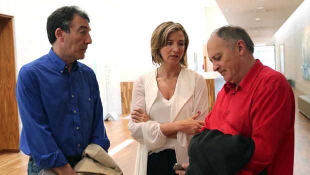 La consejera de Familia, Alicia García, junto a los líderes sindicales en Castilla y León, Ángel Hernández y Faustino Temprano