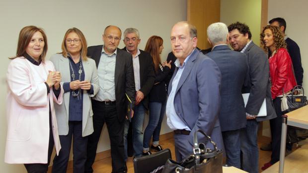 Leiceaga junto a sus compañeros del grupo parlamentario socialista