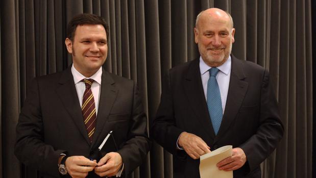 Molins, a la derecha, junto al director general del Liceu, Roger Guasch