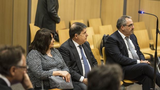 La mujer de José Luis Olivas, junto a este y el empresario Vicente Cotino, hoy en el juicio