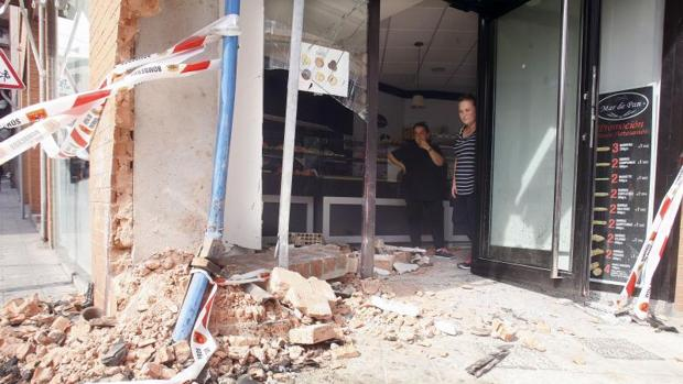 Estado en que ha quedado el escaparate de la panadería, tras la colisión mortal