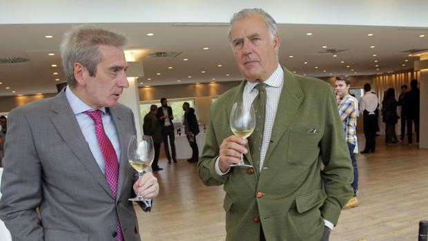 Huidobro y Gil de Araújo prueban uno de los caldos del «túnel del vino» en Santiago