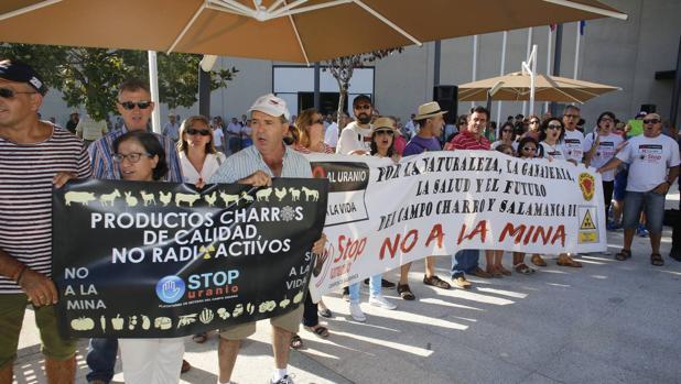 Manifestación de la plataforma «Stop Uranio» a las puertas de la pasada edición de Salamaq