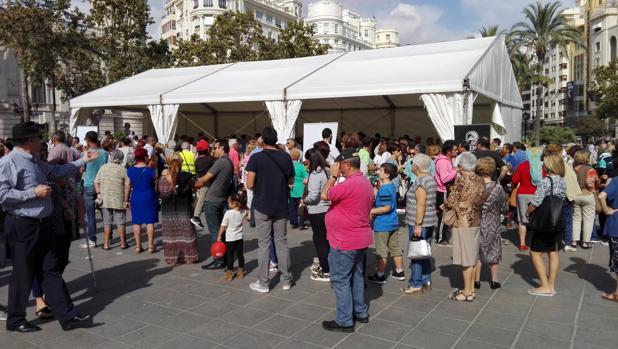 Imagen de la cola organizada en la Plaza del Ayuntamiento de Valencia