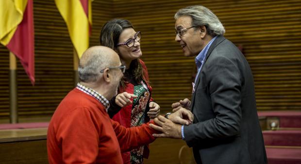 Oltra, Mata y Alcaraz conversan en un receso del pleno de este miércoles