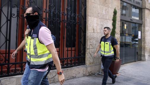 Imagen de los agentes de la Udef a su salida del Ayuntamiento de Castellón
