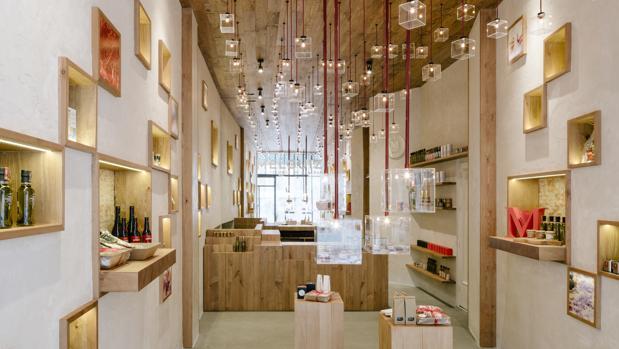 La decoración de esta boutique está inspirada en los pistilos del azafrán, que simulan sus lámparas colgantes