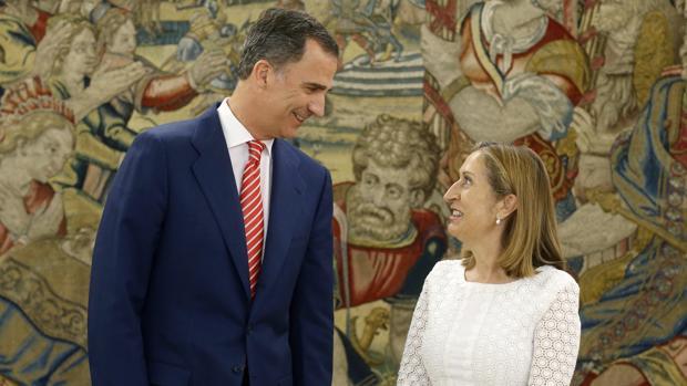 El Rey con la presidenta del Congreso, Ana Pastor, en el Palacio de La Zarzuela el pasado julio