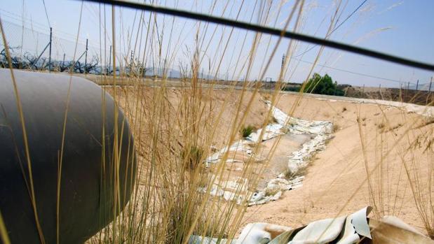 Acequia de riego seca en la cuenca del Segura en Alicante