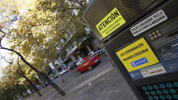 Un parquímetro de la capital inutilizado por la prohibición de estacionamiento