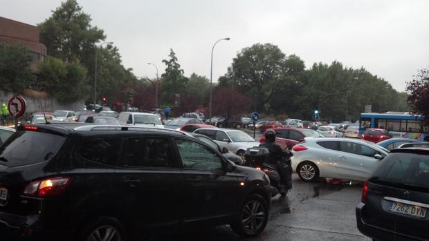 Numerosos vehículos atascados entre la avenida de los Poblados y Eugenia de Montijo