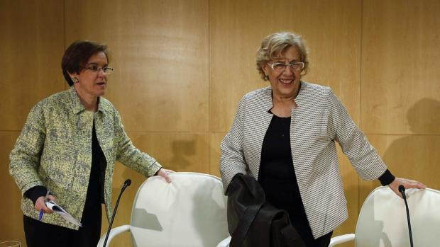 Causapié y Carmena al sellar el acuerdo por la oficina antifraude, en una imagen de archivo