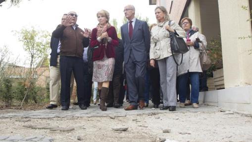 Esperanza Aguirre y los vecinos caminan sobre los restos de la acera, totalmente destrozada