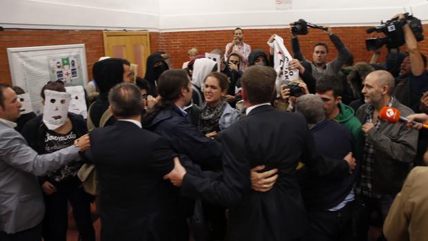Unos 200 jóvenes, la mayoría con la cara oculta por caretas o pasamontañas, taponan la facultad de derecho