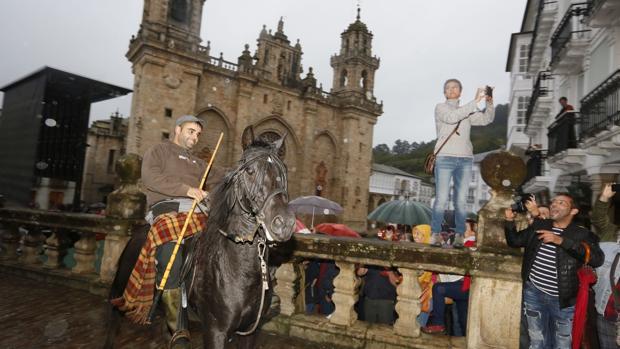 La bajada de los caballos por la plaza de la catedral mindoniense es una de las fotografías de las fiestas de As San Lucas.