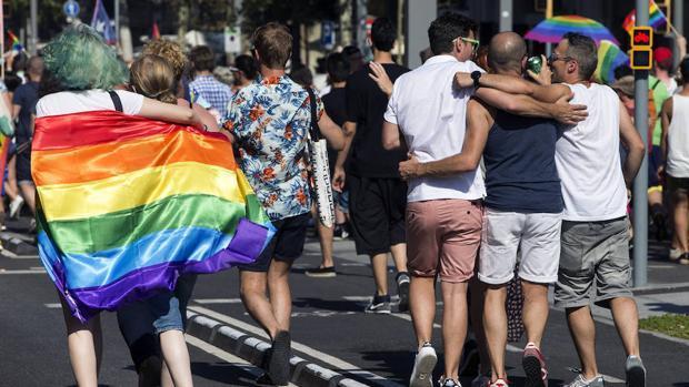 Grupos de personas en la celebración del Día del Orgullo Gay