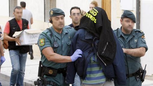 Los agentes custodian a un detenido