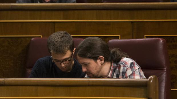 Íñigo Errejón junto a Pablo Iglesias ayer en el Congreso