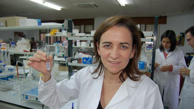 Alonso, en el laboratorio que dirige en la USC