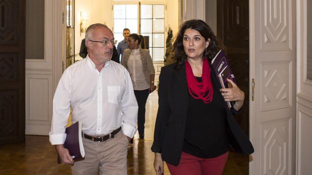Los portavoces de Podemos Antonio Montiel y Fabiola Meco, en las Cortes