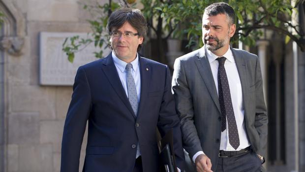 Santi Vila, consejero de Cultura de la Generalitat, junto al presidente Puigdemont