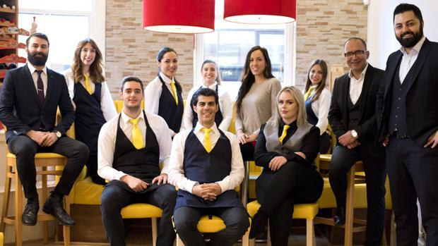 Personal del restaurante La Bandera, en Manchester, dirigido por Yashin Dadashnejad y con tres cocineros canarios